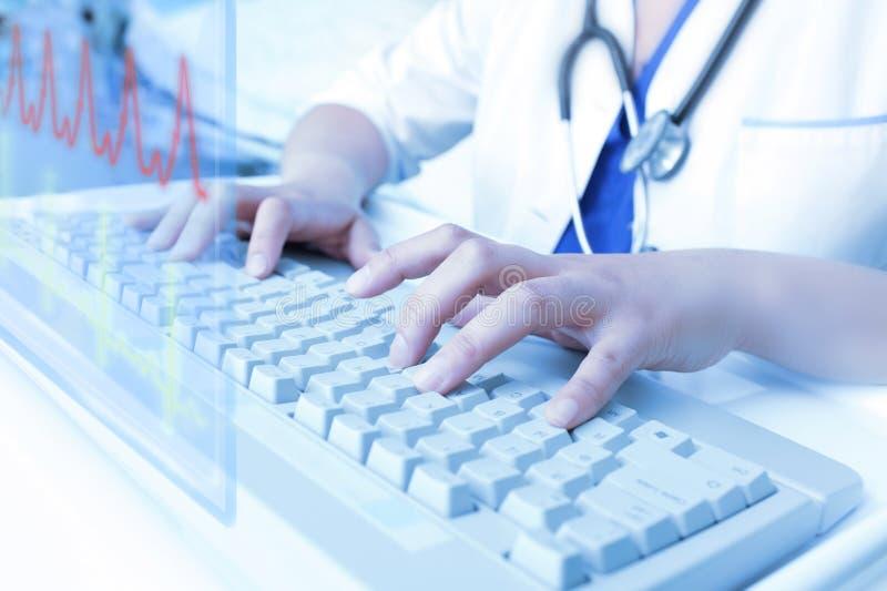 研究真正计算机的医生。 免版税库存图片