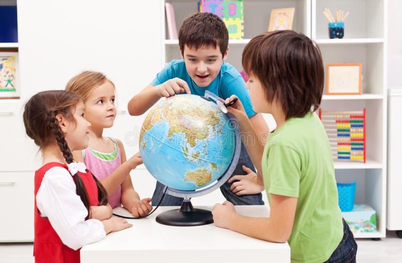 研究科学项目的孩子 库存照片