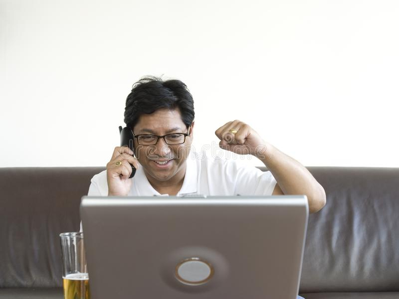 研究膝上型计算机的亚裔人 免版税库存照片