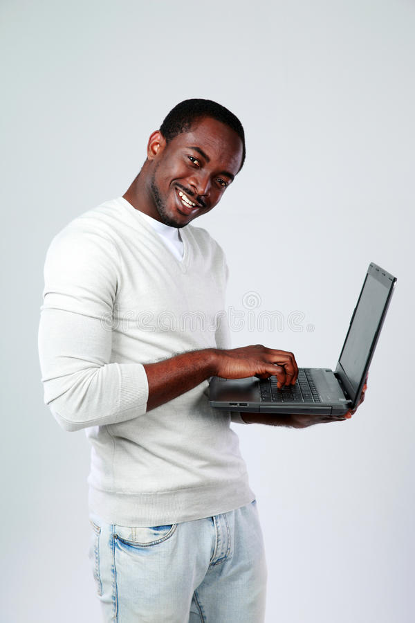 研究膝上型计算机的人,当站起来时 库存照片