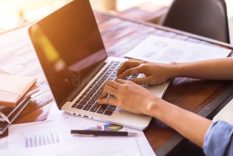 研究膝上型计算机的企业队,当坐在办公室时 r 免版税库存照片