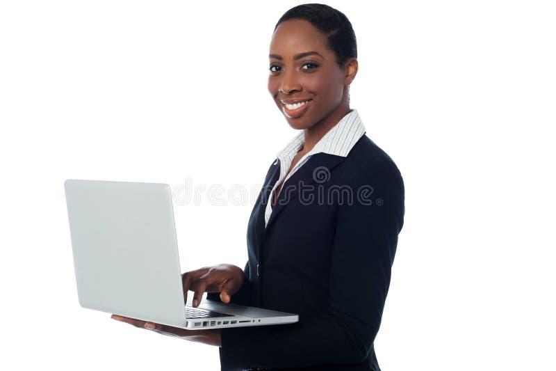 研究膝上型计算机的公司夫人 免版税图库摄影