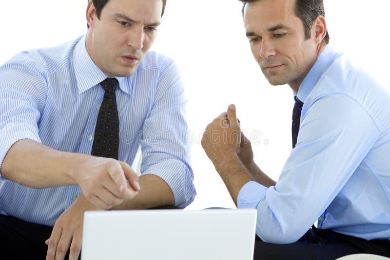 研究膝上型计算机的商务伙伴 库存照片