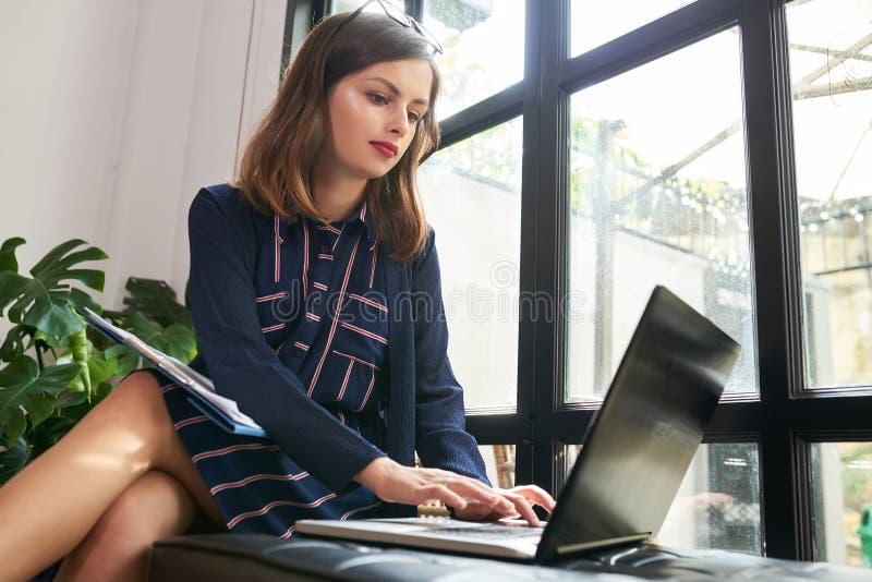 研究膝上型计算机的女性企业家 免版税图库摄影