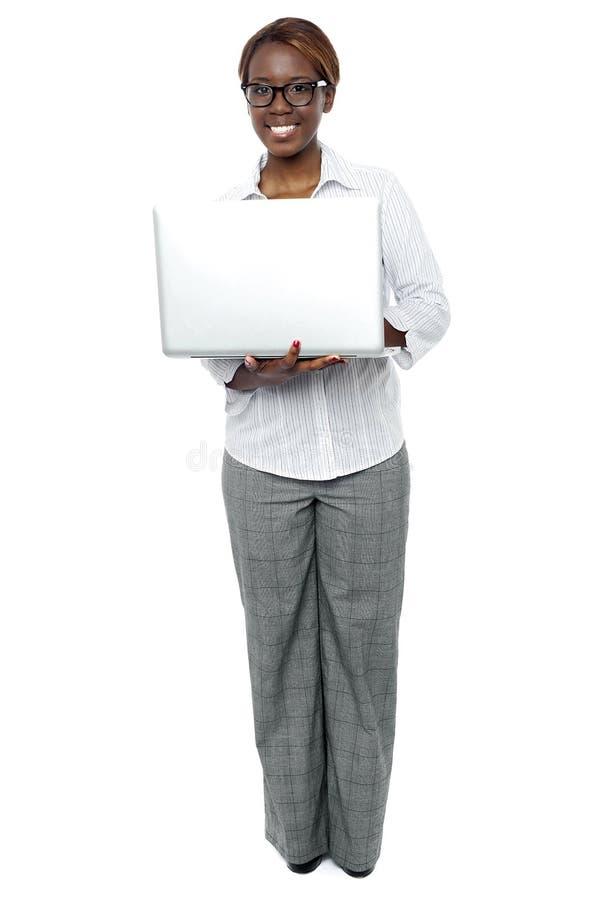 研究膝上型计算机的女性企业秘书 库存照片