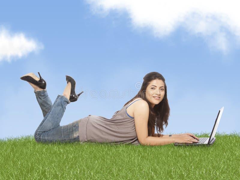 研究膝上型计算机的妇女 库存图片