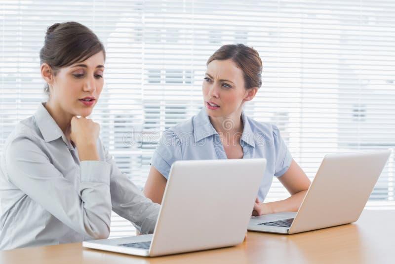 研究膝上型计算机的担心的女实业家 免版税库存照片