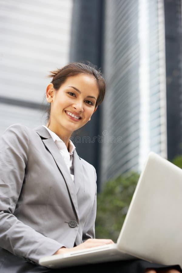 研究膝上型计算机的西班牙女实业家 免版税库存图片