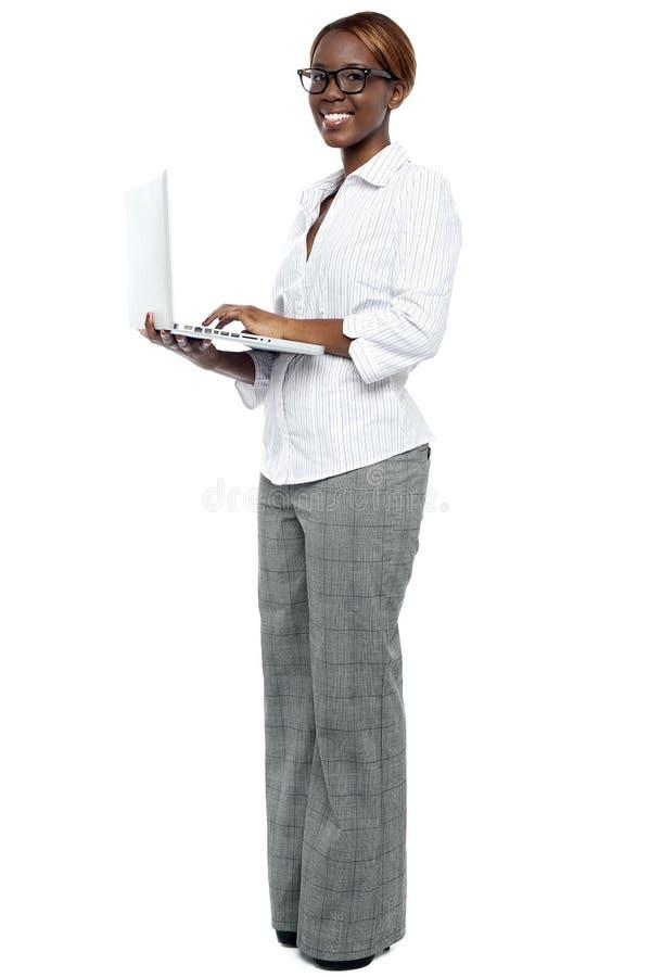 研究膝上型计算机的非洲女实业家 免版税库存图片