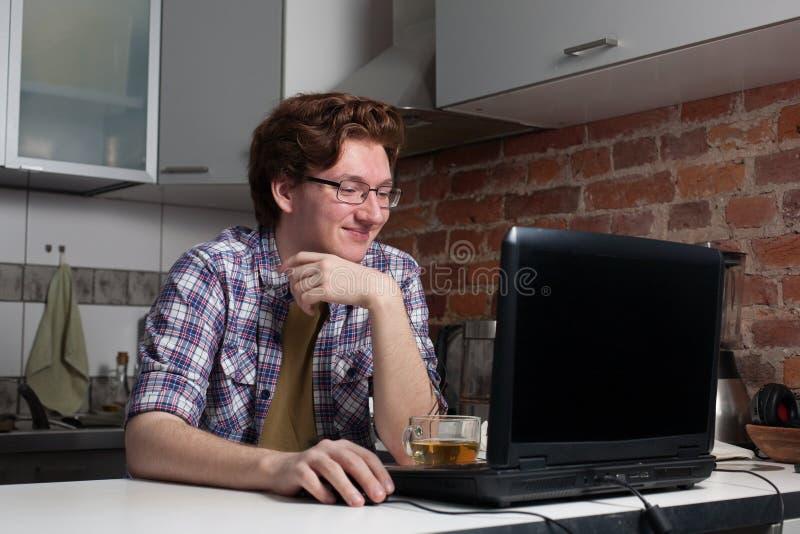 研究膝上型计算机的年轻人 免版税图库摄影