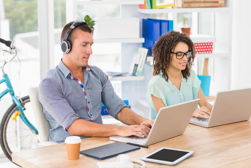 研究膝上型计算机的轻松的企业同事 免版税库存图片