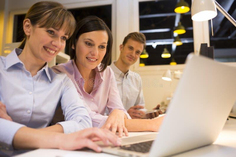 研究膝上型计算机的Businessteam在办公室 免版税图库摄影