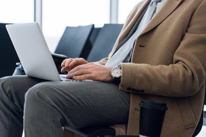 研究膝上型计算机,关闭商人的手 图库摄影