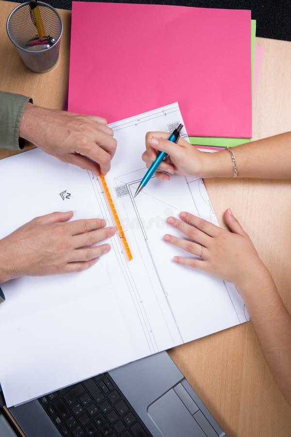 研究计划的建筑师在企业会议室桌上 免版税库存照片