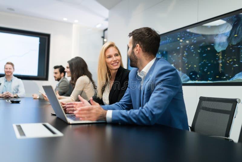 研究计算机的买卖人在会议室 免版税库存图片