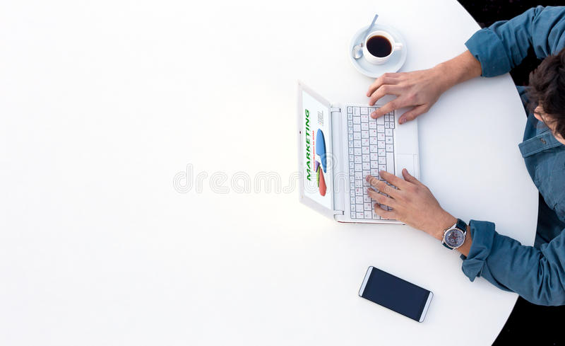 研究计算机的商人在办公室白色圆桌上 免版税库存图片