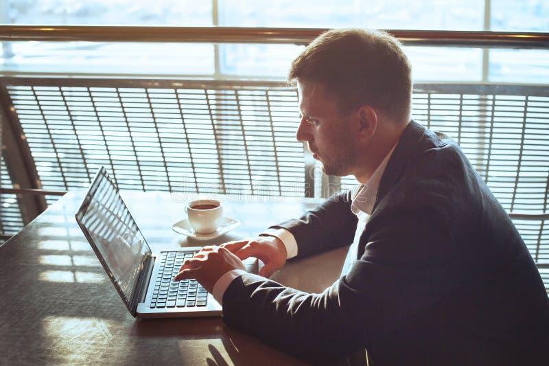 研究计算机的商人,在网上读电子邮件 免版税库存照片