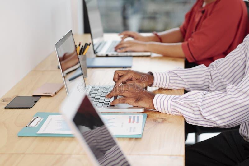 研究计算机的商人 免版税库存照片
