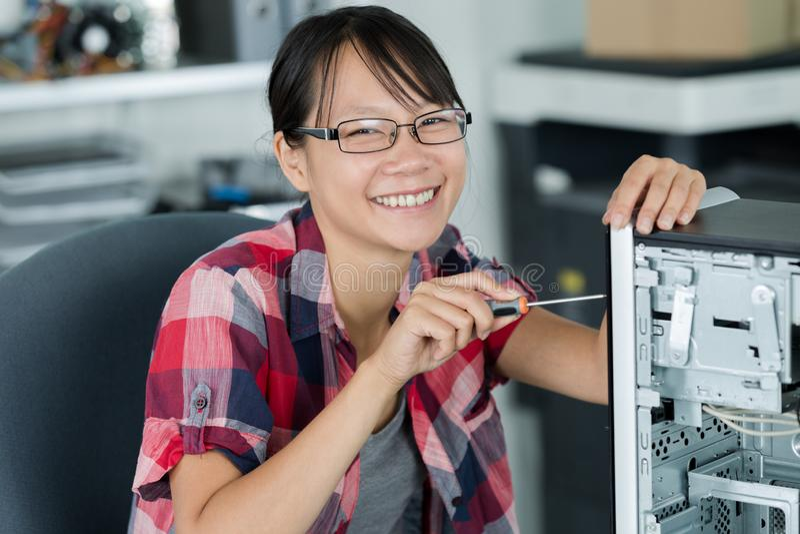 研究计算机的女性亚裔技术员 库存图片