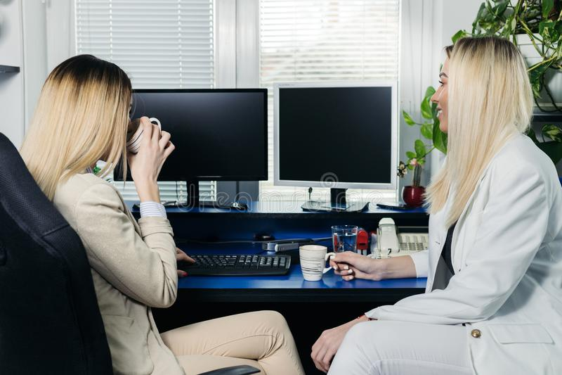 研究计算机的女性同事 库存照片