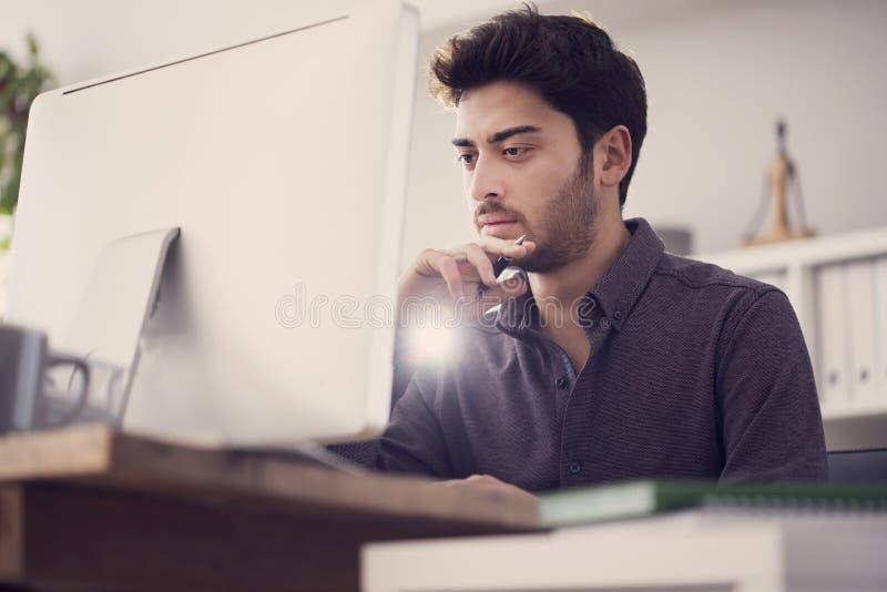 研究计算机的年轻人 库存图片