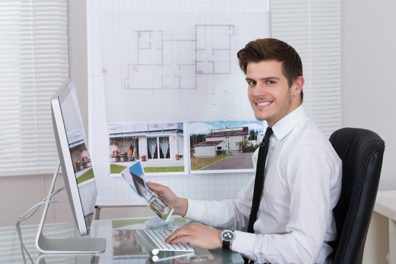 研究计算机的房地产开发商 免版税库存图片