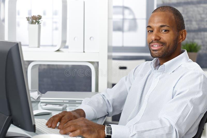 研究计算机的生意人 免版税图库摄影