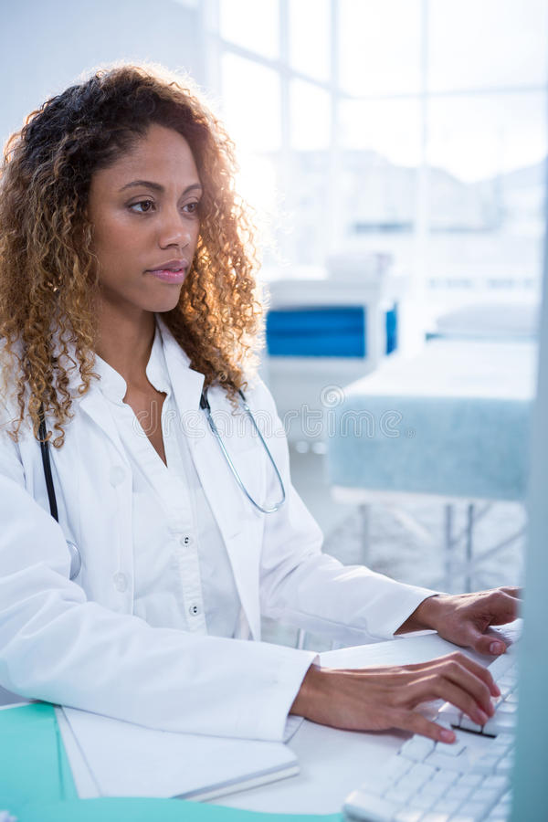 研究计算机的生理治疗师 免版税库存图片