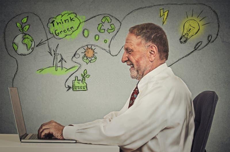 研究计算机的老人解决生态问题 图库摄影