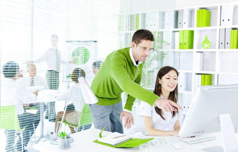 研究计算机的绿色企业合作 图库摄影