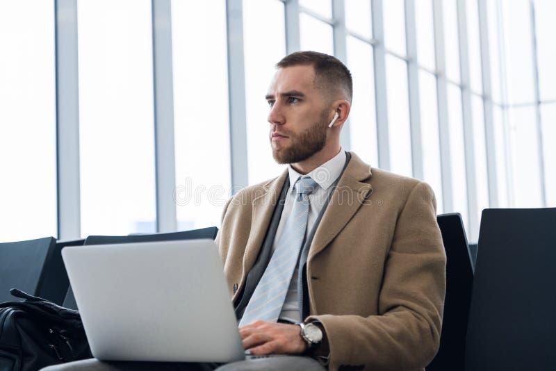研究计算机,商人读书电子邮件的商人企业家 免版税库存照片