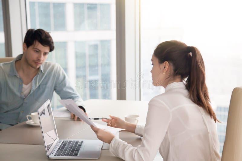 研究项目的业务会议、男人和妇女在办公室 库存照片