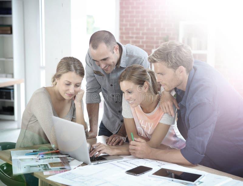 研究项目的小组学生 免版税库存照片