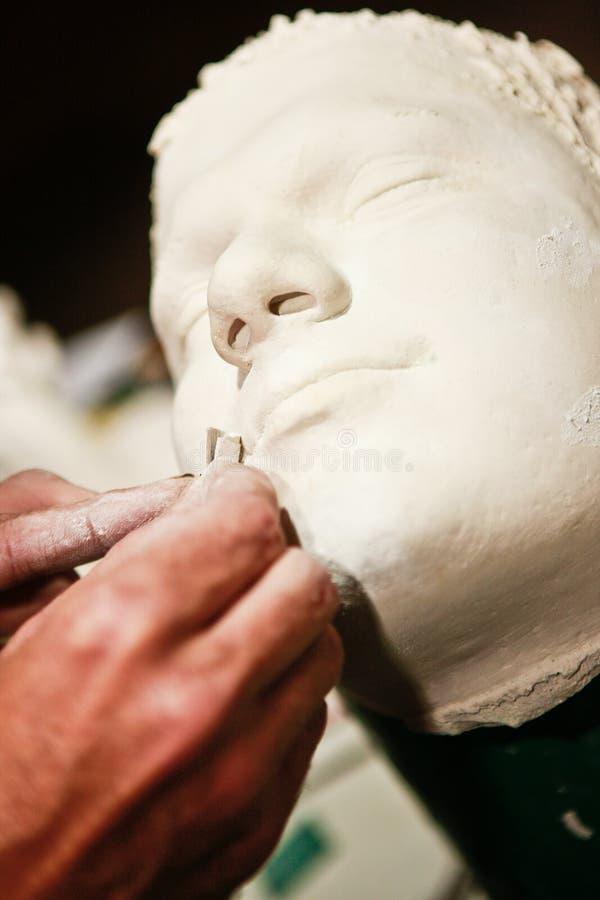 研究黏土模型的艺术家 免版税库存照片