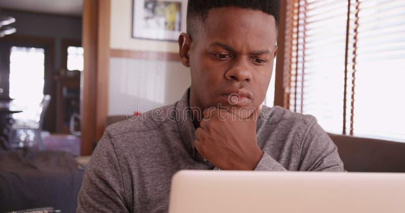 研究他的膝上型计算机的黑人 免版税库存照片