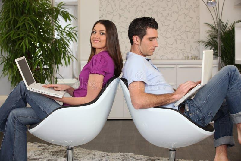 研究他们的计算机的夫妇 免版税库存照片