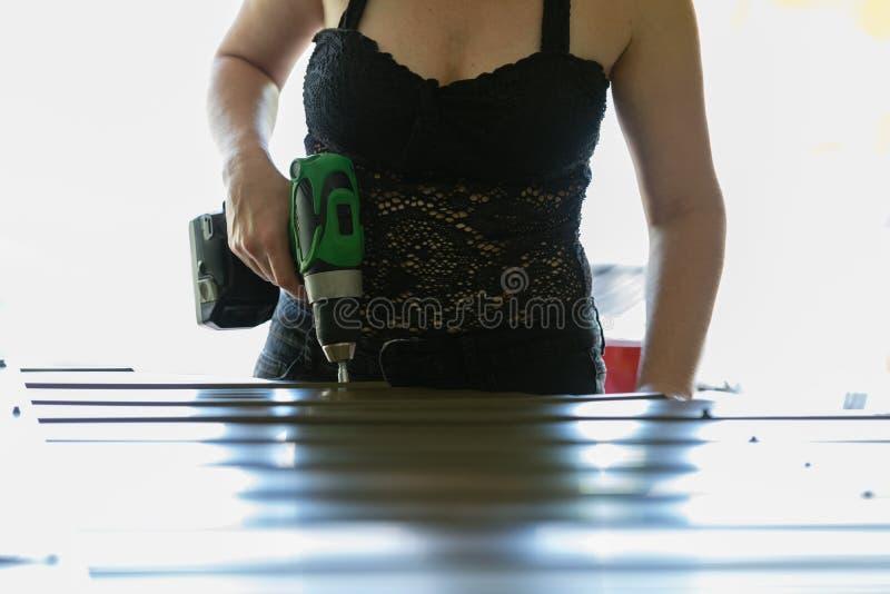 研究DIY项目的坚强的妇女 库存照片