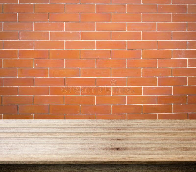 砖、砖和自由空间红色背景您和木书桌空间的 库存图片
