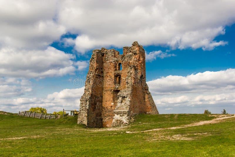 砖中世纪防御城堡的废墟 免版税库存照片