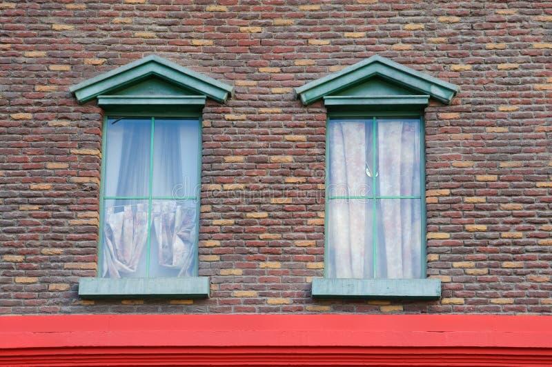 砖五颜六色的墙壁视窗 免版税库存图片