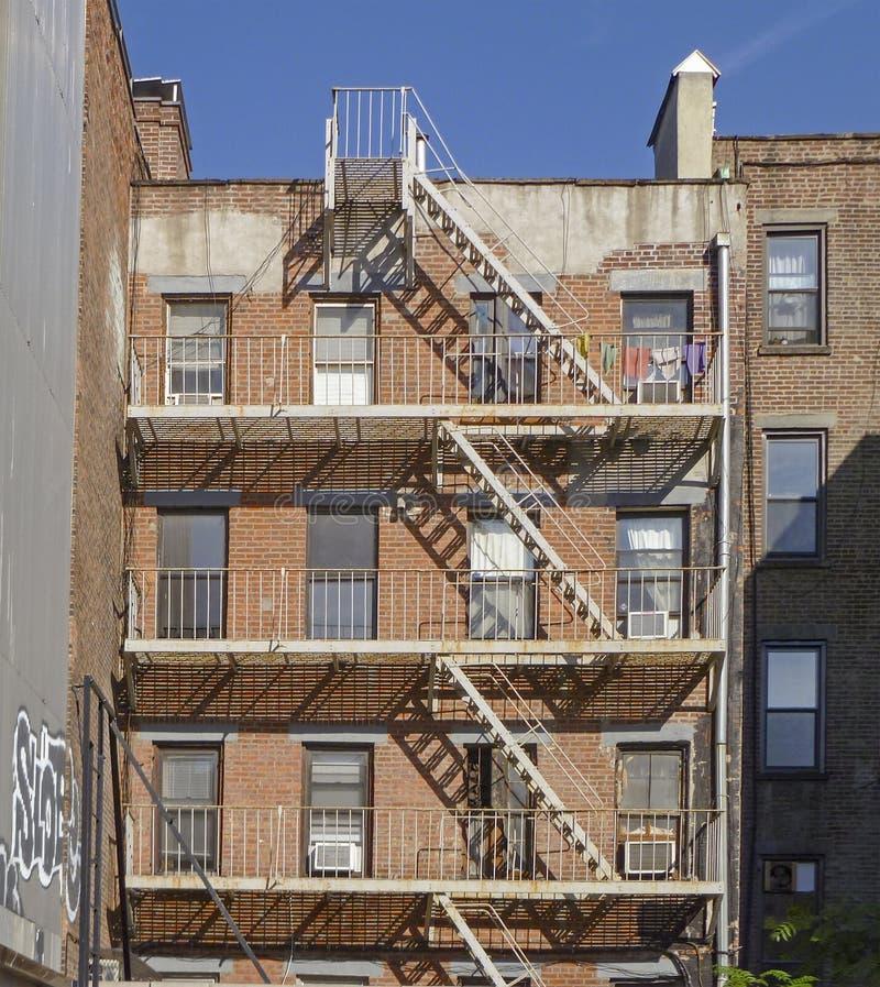砖公寓防火梯在纽约 免版税库存照片