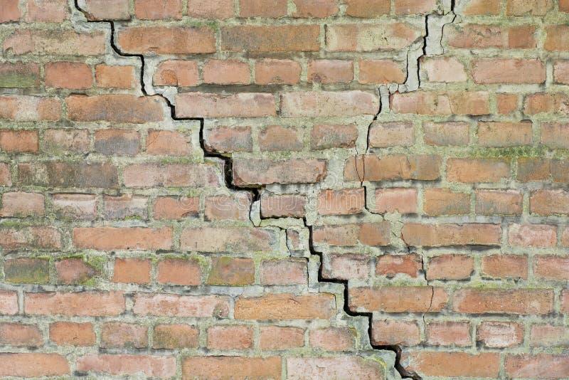砖关闭破裂的老墙壁 图库摄影