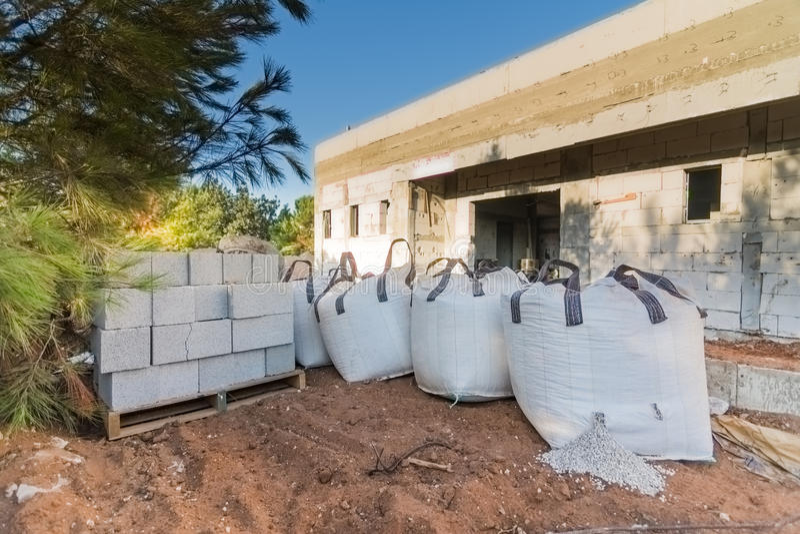 砖和袋子石渣在建造场所 免版税库存图片