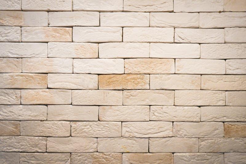 砖墙全景纹理难看的东西在农村屋子里 石制品摘要老轻的米黄砖砌  葡萄酒布朗砖墙Backg 免版税库存照片