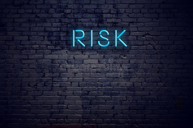 砖墙和霓虹灯广告有文本风险 皇族释放例证