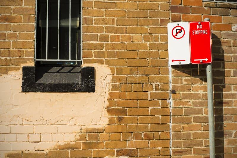 砖墙窗口安全格栅路标 免版税库存照片