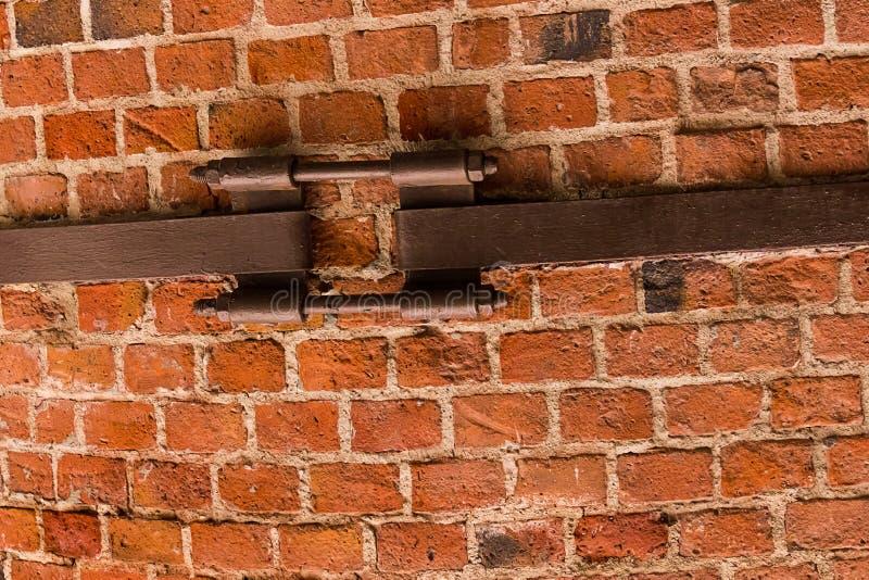 砖墙许多块分开水塔老表面保税的冗长的句子金属片与背景难看的东西纹理 图库摄影