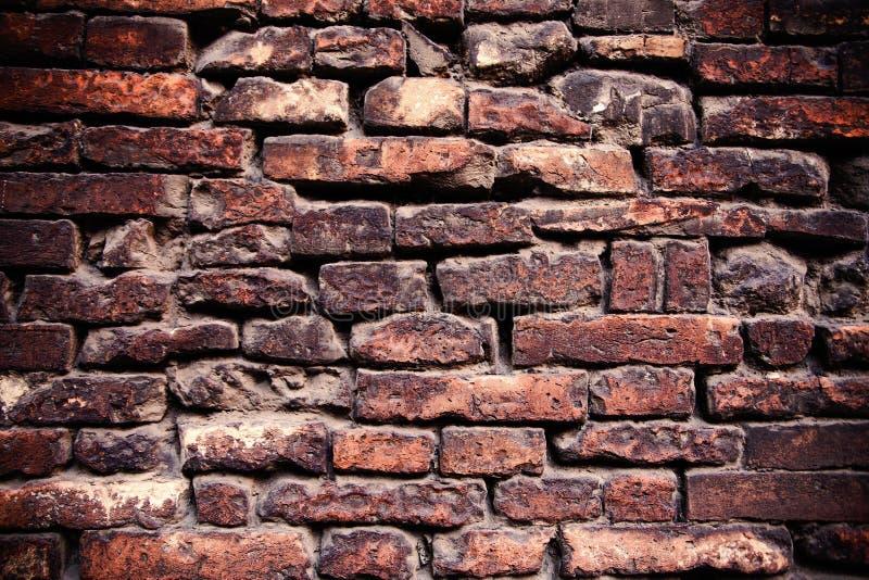 砖墙难看的东西窗框  免版税库存照片