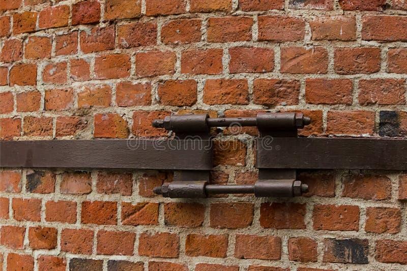 砖墙零件烟囱老帆布保税的铁条纹都市样式难看的东西设计基地工厂 库存图片