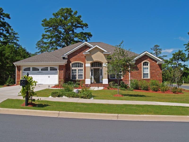 砖家庭住宅单层 免版税图库摄影